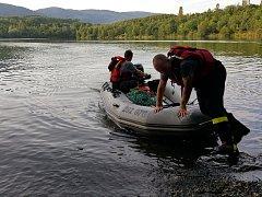 Profesionální hasiči z posádky Ústí-Všebořic zasahují na chlumeckém rybníku. Vytahují z hrdla mladé labutě vlasec některého z rybářů.