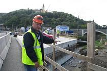 Ředitel stavby Jaroslav Kubík ukazuje vybetonované spojení mostu přes řeku Bílinu.
