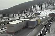 Nehoda kamionů mezi tunely Radejčín a Prackovice na dálnici D8