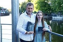 Zpěvačka Barbora Mochowa a nakladatel Aleš Lederer na křtu v Jazz Docku.