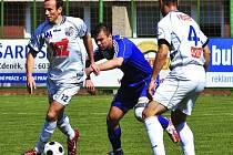 Ve druhé lize podlehli v Třinci fotbalisté Ústí domácímu celku těsně 0:1. Na snímku bojují o míč hostující Džuban (4) a Šmrha.