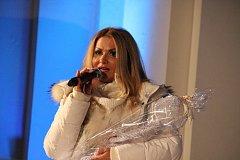 Yvetta Blanarovičová s dětským sborem zazpívaly pro nemocnou Leonku.