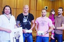 Hokejisté (zleva) Zbyněk Sklenička, Jaroslav Roubík a manažer Jan Klobouček přinesli do nemocnice výtěžek z kalendáře.