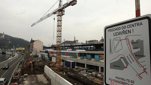V současné době je v prostoru za nádražím ještě rušné staveniště.