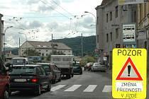 Na cestě z města ke Globusu je nyní na rušné křižovatce jiné dopravní značení.