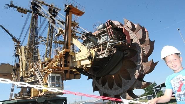 Korečkové rypadlo KU 800 to je Březenský drak Severus. Jeho výška je 51 metrů a hmotnost bezmála 4,5 tisíce tun. Vpravo obrázky s drakem k interaktivnímu programu O uhlí.