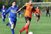 Chabařovice B (oranžové dresy) doma rozstříleli soupeře z Dubic 6:0.