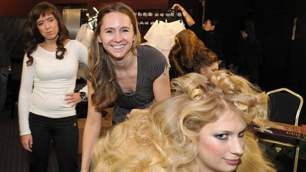 Jana Burdová se s týmem teplického studia Egoo příští pátek zapojí do charitativní akce, jejíž výtěžek poputuje nadačnímu fondu Světluška. Na snímku (uprostřed) připravuje svou vlasovou show na Hairdressing Awards 2010