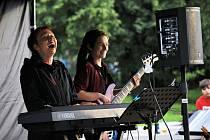 V pátek večer na střekovském nábřeží opět zněla živá hudba. Pro zhruba čtyři desítky lidí zahrálo hudební trio Hambaeros. Jednalo se o další z několika koncertů ze série Léto na Střekovské náplavce.