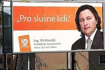 Budoucí ústecký primátor Vít Mandík na billboardu u zoologické zahrady.
