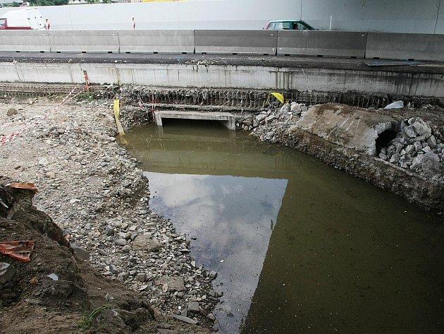 Každý přívalový déšť zatopí Předmostí a odsouvá termín dokončení výpusti Stříbrnického potoka.