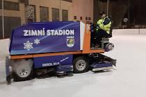 V Povrlech na zimním stadionu už využívají opravenou rolbu.