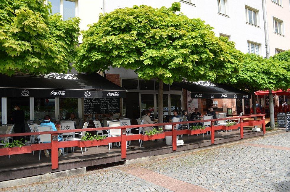 Ani ne úplně příznivé počasí, kdy se často střídalo sluníčko s deštěm, neodradilo řadu lidí v Ústí nad Labem od návštěvy restauračních zahrádek. Ty mohly být v pondělí 17. května poprvé otevřené.
