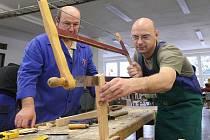 V montérkách a zástěře jsem se u hoblice truhlářské dílny Střední odborné školy v Litvínově – Hamru učil základům opracovávání dřeva.  Zkušený mistr truhlář Milan Marvan s třiatřicetiletou zkušeností, měl se mnou obrovskou trpělivost.