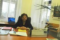 """Na poličce vpravo nás zaujala lupa. """"Občas ji na čtení potřebuju,"""" smála se starostka, která má v kanceláři hned tři kalendáře. """"Oba stolní používám pro poznámky. Nástěnný kalendář mám pro dekoraci,"""" vysvětlila Jana Turková."""