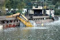 Natečení vody do pontonu mělo za následek utopení bagru, který v Sebuzíně bagroval dno řeky Labe.