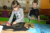 Děti a rodiče v ZŠ Brné se sešli v jídelně na předvánoční tvořivé dílně.
