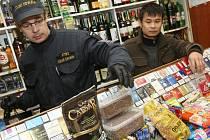 Ústečtí celníci při namátkové kontrole objevili v soklech skříněk stovky krabiček s cigaretami, jejichž počet překročil 5 tisíc kusů.