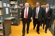 Vídeňský starosta Michael Häupl (vlevo) přijel otevřít rakouskou knihovnu v kampusu ústecké univerzity. Je předsedou Rakousko-české společnosti.