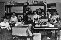 Ústecké ženy před 100 lety připravují vojákům malé vánoční stromky a balíčky.