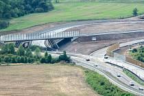 Ačkoliv mimoúrovňová křižovatka u Řehlovic vypadá, že je takřka hotová, na její otevření si řidiči počkají stejně dlouho, jako na zbytek dálnice. Do konce příštího roku.