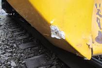 Detail poškozeného pluhu na motorovém vozu. Poškození od betonového žlabu.