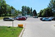 Nelegální parkoviště v ulici Stavbařů na Severní Terase.