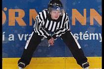 Jednou jako přísná hokejová rozhodčí, podruhé zase jako příjemná společnice. To je sympatická mladá Ústečanka Michaela Košťálová.