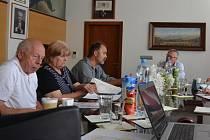 Informační schůzka obyvatel Vaňova s ústeckým primátorem Petrem Nedvědickým a Českou geologickou službou.