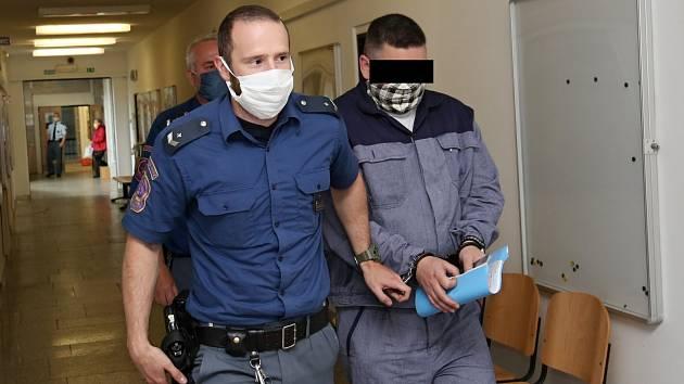 Šest obžalovaných stojí před ústeckým krajským soudem kvůli přepadením čerpacích stanic