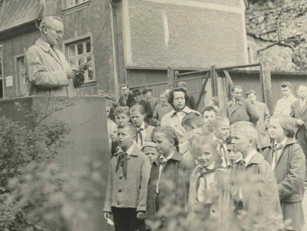 Na snímku z 8. 11. 1961 pionýři z Telnice u pomníku Rudé armády.