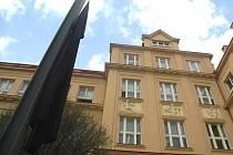 Černá vlajka u vchodu do Pedagogické fakulty UJEP.