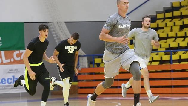 Kondiční trenér Daniel Zach (vpředu) prohání basketbalisty Ústí nad Labem
