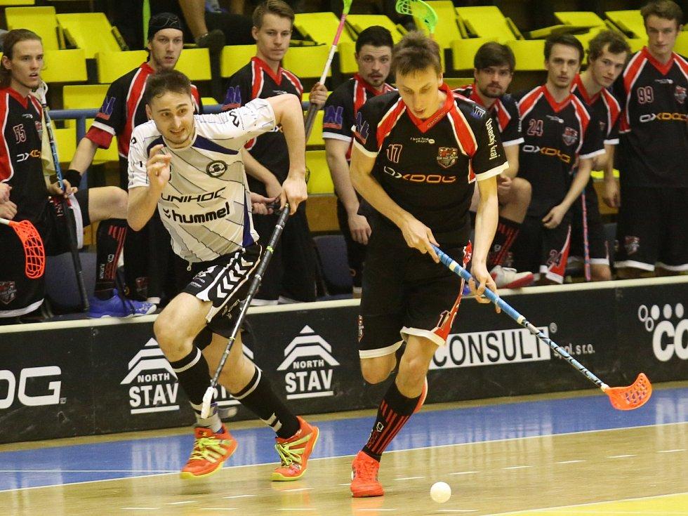 Ústečtí florbalisté (tmavé dresy) hrají s Brnem 1:1 na zápasy.