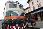 """Elektrická lokomotiva """"Bobina"""" dorazila na Střekov u příležitosti výročí šedesát let elektrifikace tratě."""