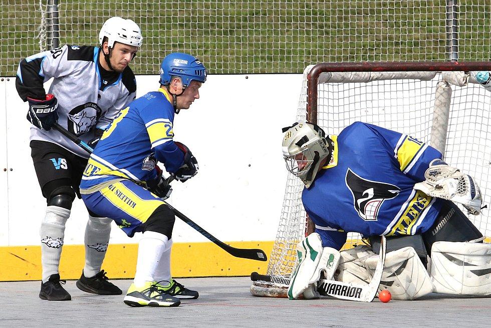 Hokejbal 2. liga - Čechy Sever. Ústecká Vlčí smečka (šedočerní) rozdrtila Killers Litoměřice (modří) 9:0.