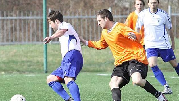 Fotbalisté Střekova B (oranžové dresy) doma prohráli se Srbicemi 0:2.