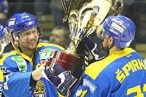 Kapitán Jan Čaloun (vlevo) předává pohár pro mistry první ligy nejlepšímu hráči Lvů Rastislavu Špirkovi.
