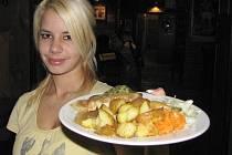 Florentský řízek nejen dobře vypadal a voněl, ale hlavně všem chutnal. U návštěvníků restaurace měl úspěch. Na snímku servírka Veronika Pajerová.