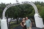 Dáša a Jaroslav Linkovi z Mostu cestovali celý měsíc po americkém státě Texas. Nevynechali při tom ani návštěvu ranče Southfork, kulisy v Česku populárního televizního seriálu Dallas.