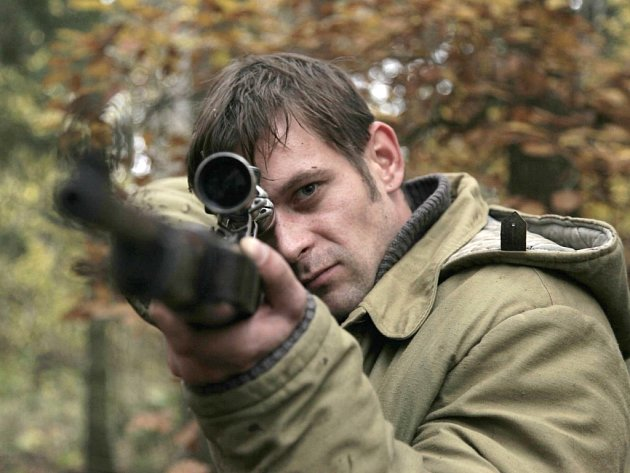 Bývalý učitel (Jan Plouhar), a s puškou? Tak snad to zvládne...