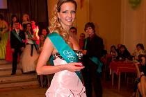 Popelkou ústeckých plesů se stala Adéla Lehečková z plesu Trivis (4A4).
