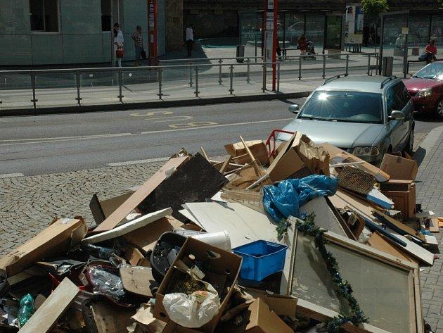 Ještě v pondělí dopoledne se u nádraží válela hromada odpadu. Město je nechává odvážet, ale lidi nyní vyzývá, aby využívali 72 rozmístěných kontejnerů.