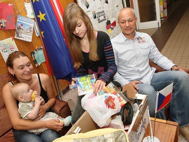 Poláci poslali do Ústí balík zaplaveným školačkám. Vpravo ředitel školy Michal Ševcovic.