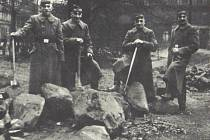 Zajatí francouzští vojáci během stavby protiletadlového krytu v centru Ústí nad Labem.