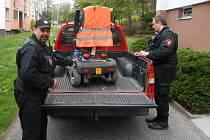 Strážníci na místě zajistili elektrický vozík.