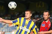 Ústečtí fotbalisté se po vítězství v Opavě dostali do čela druholigové tabulky. Na snímku bojuje o míč se soupeřem ústecký Šmrha (vpravo).