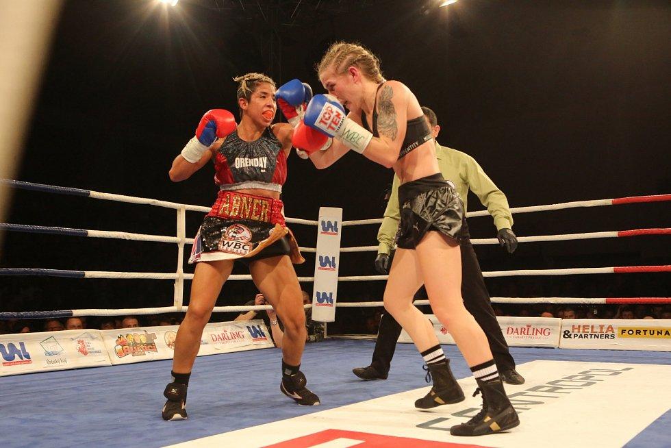 Fabiana Bytyqi (modré rukavice) vs. Maria Soledad Vargas v souboji o titul mistryně světa WBC v atomové váze