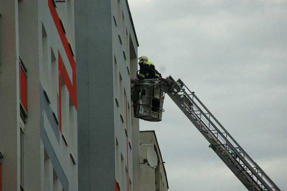 Osm hasičských jednotek v sobotu dopoledne zlikvidovalo požár bytu v ulici V oblouku v Ústí nad Labem.