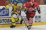 Kapitán Ústeckých Lvů Jan Čaloun (vlevo) rozhodl proměněným nájezdem druhý zápas semifinálové série. Ta v pondělí na ledě Hradce pokračuje.